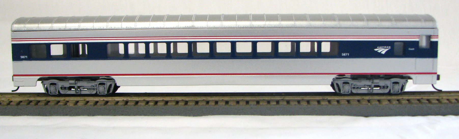 HO 72 Ft Passenger Car Coach #5869 Amtrak Phase 4b (Amtrak Wave logo) (1-094700)